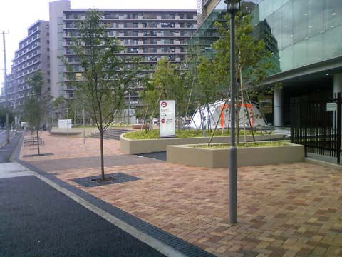 帝京大学病院 前庭 2.jpg